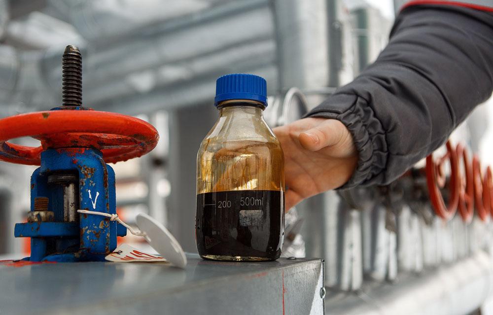Sampel minyak yang diambil di pusat kilang minyak di ladang minyak Sorovskoye milik LLC Burneftegaz yang diakuisisi oleh Bashneft Grup.