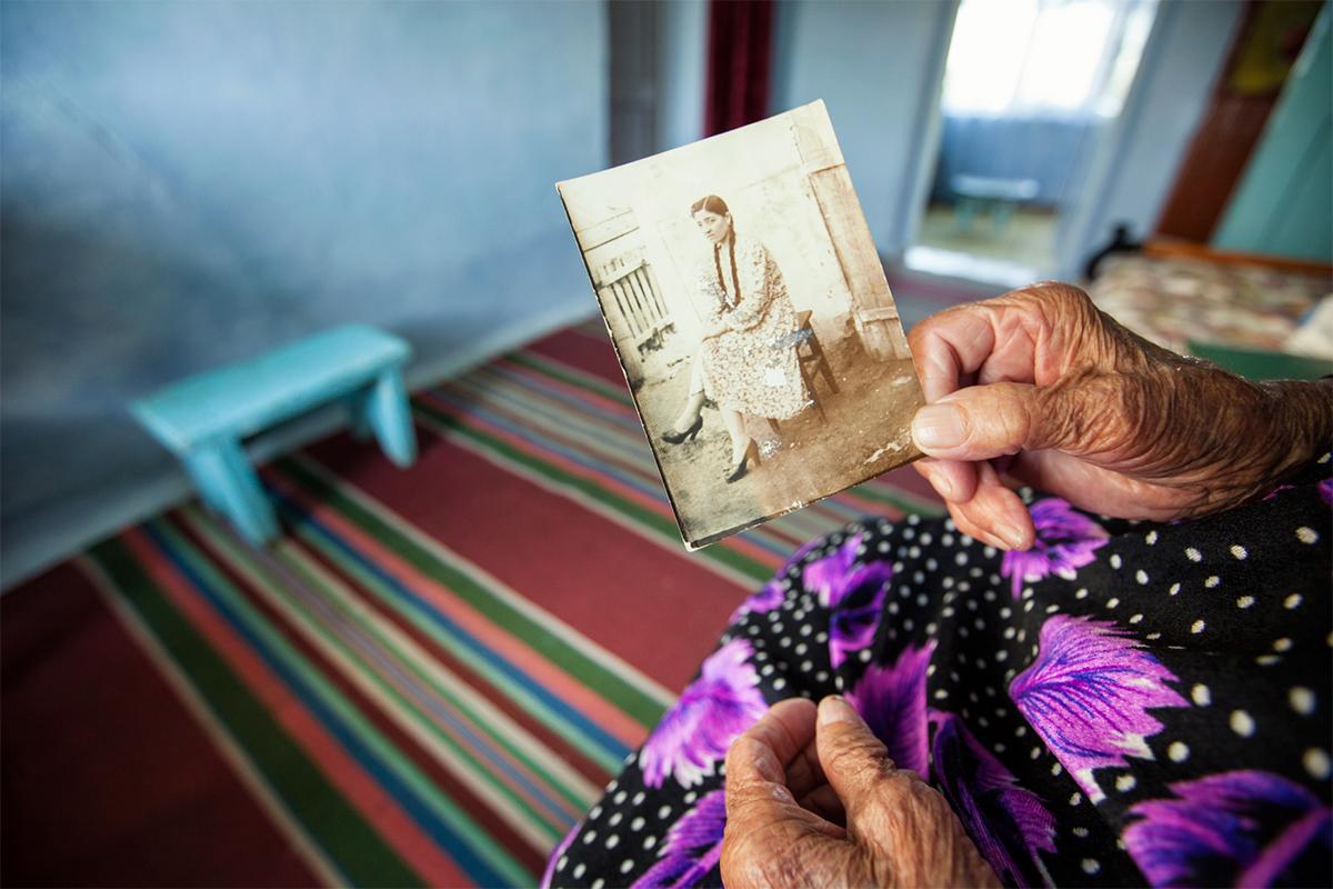 Семја је радила тежак посао у руднику. Она и њен супруг Татарин имали су троје деце, и сва су рођена у изгнанству у Узбекистану.