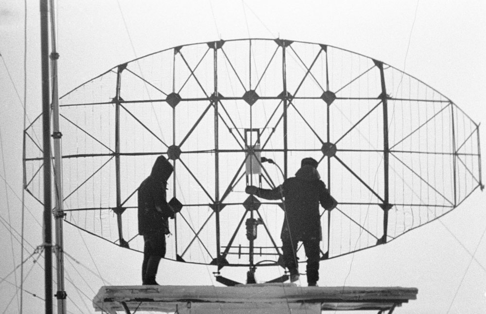 1977. Meteorologists adjust the radar at the weather station on Cape Cheluskin, the northernmost point of Eurasia.