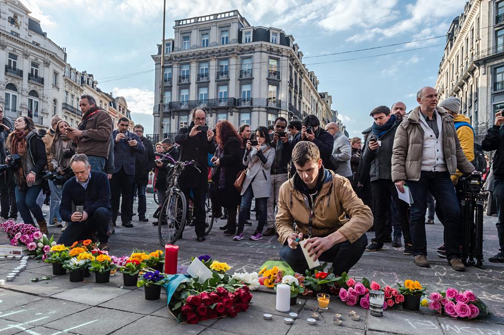 Fiori e candele a Bruxelles per le vittime del terrorismo.