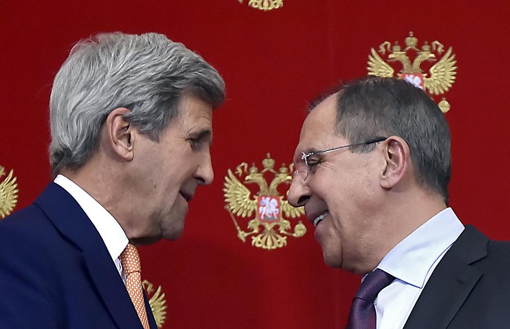 Le Secrétaire d'Etat américain John Kerry (à gauche) et le ministre russe des Affaires étrangères Sergueï Lavrov lors d'une conférence de presse à l'issue de leur rencontre avec le président russe Vladimir Poutine au Kremlin de Moscou, le 24 mars 2016.