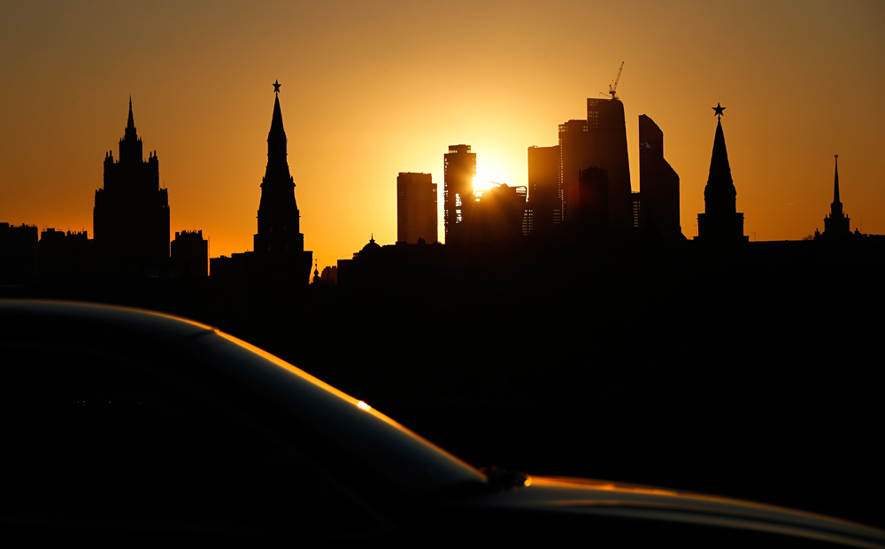 Las torres del Kremlin, dos rascacielos de la época estalinista y el centro de negocios Moscow City al atardecer.