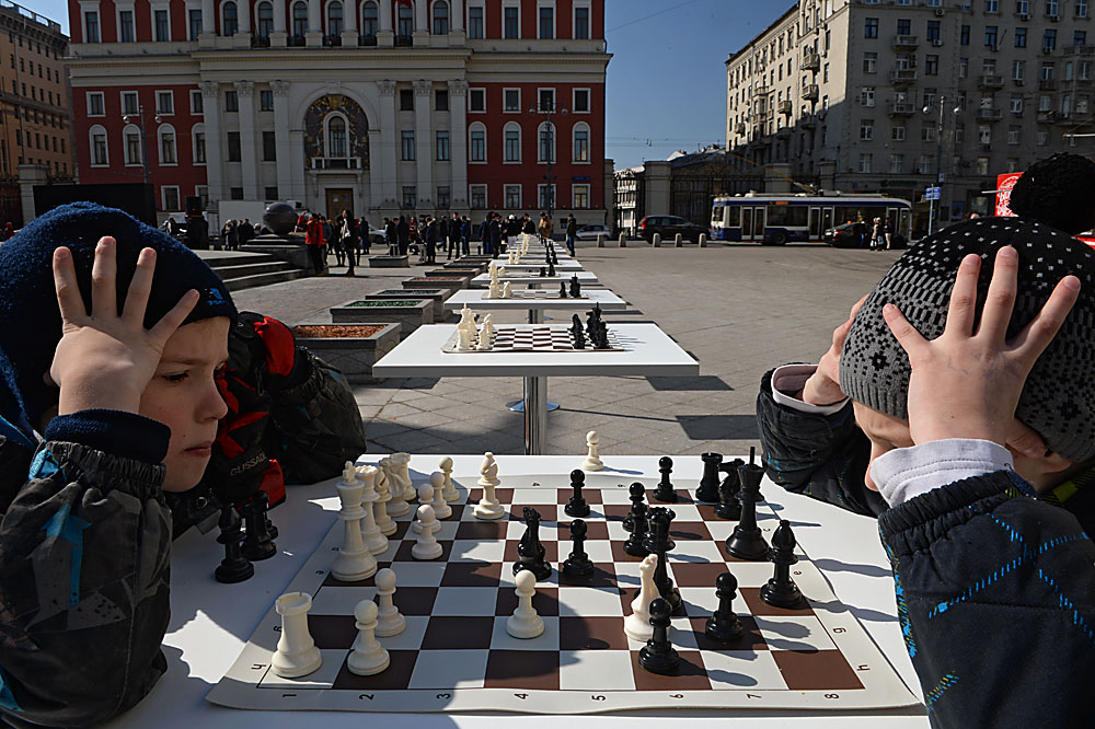 NachdemRusslands jüngster Schach-Großmeister Sergej Karjakin das Kandidatenturnier 2016 gewonnen hat, wird er im November gegen den Norwegen Magnus Carlsen antreten und ihm den Weltmeistertitel streitig machen.Neue Nachwuchstalente üben bereits auf dem Twerskaja-Platz in Moskau.