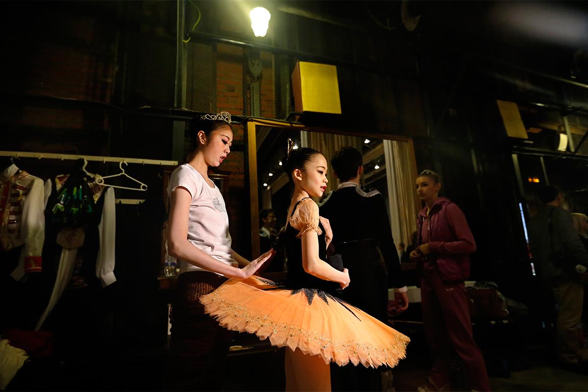 だが、一部の幸運な子供たちにとっては、醜いアヒルの子はある日いつか、ロシアバレエの象徴である見事な白鳥へと変身するのだ。もっと読む:ボリショイ劇場の10の事実>>>