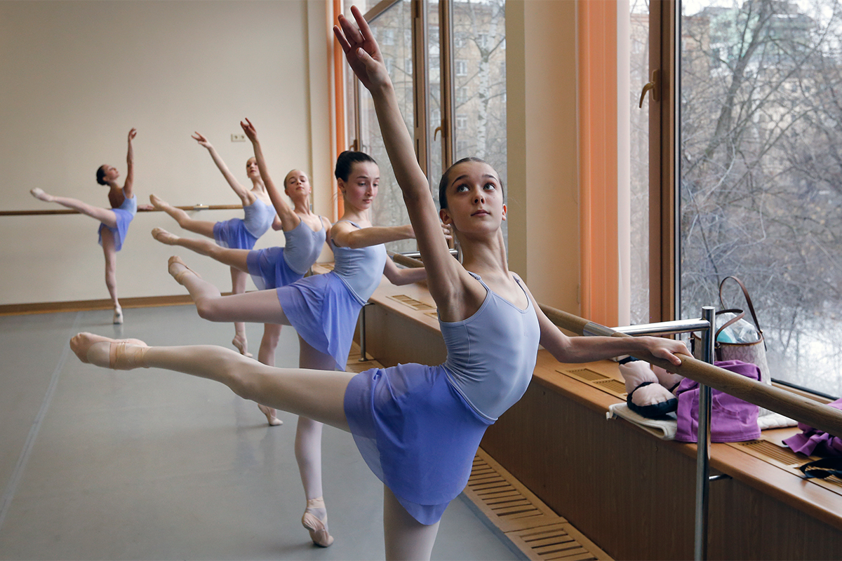 Naporan život baletnih plesača započinje čim se upišu u baletnu školu. Djeca moraju proći stroge prijemne ispite na kojima se provjerava njihovo zdravstveno stanje, tjelesna građa, gipkost, koordinacija pokreta, držanje, nadarenost za glazbu i savitljivost stopala.
