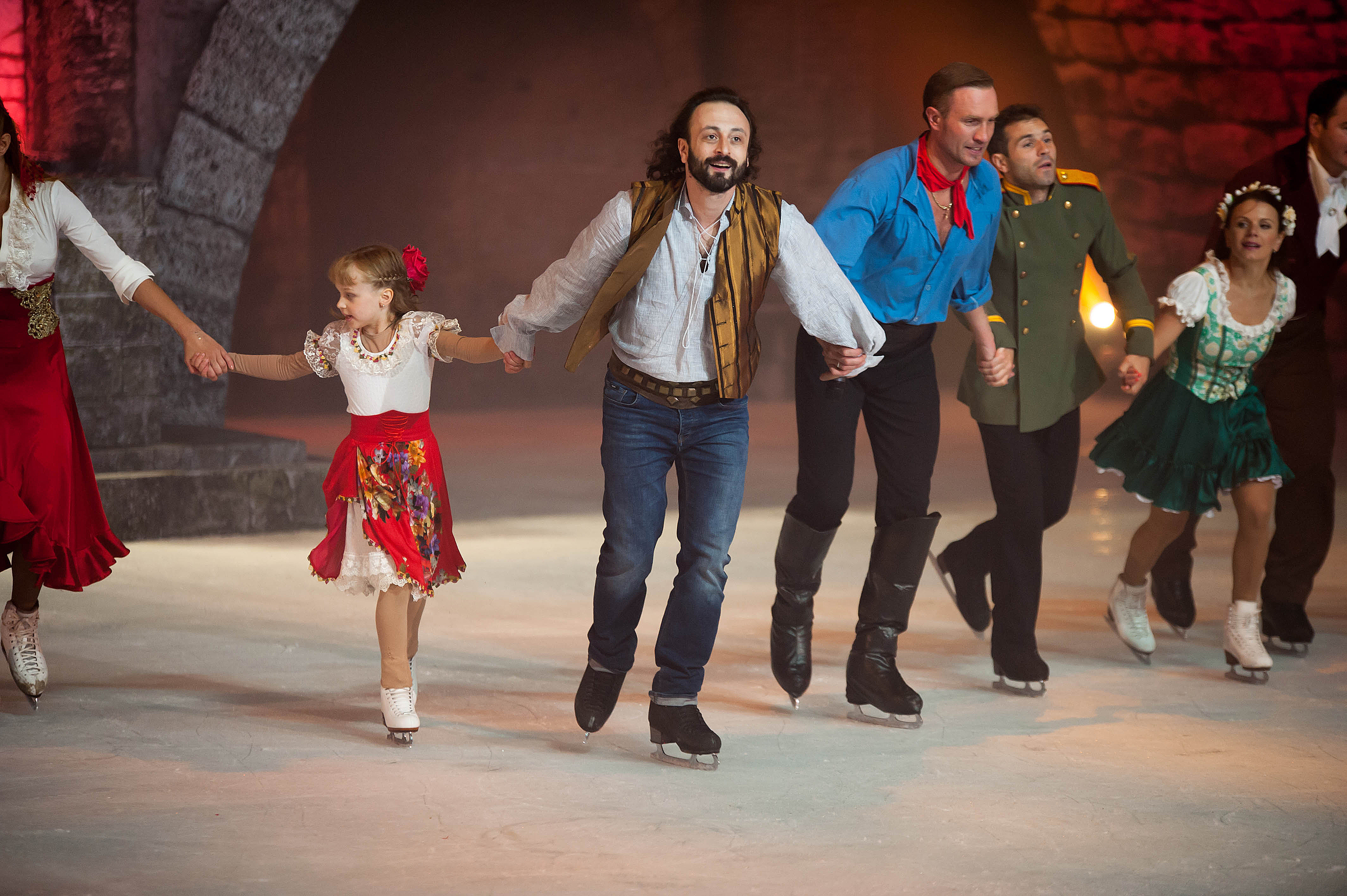 Иля Авербух на леда с част от екипа си.