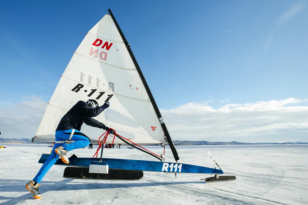 Baikal Ice Sailing. Участник во время ледовой регаты, проходящей в рамках байкальской буерной недели, в бухте Сарма на озере Байкал в Иркутской области.