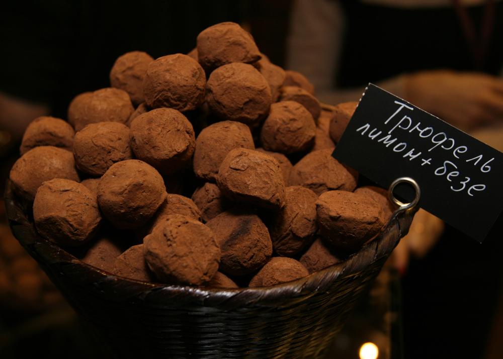 Moscou, Russie, 30 novembre 2015. La 2ème édition du Salon du chocolat de Moscou. Truffes citron  + meringue.