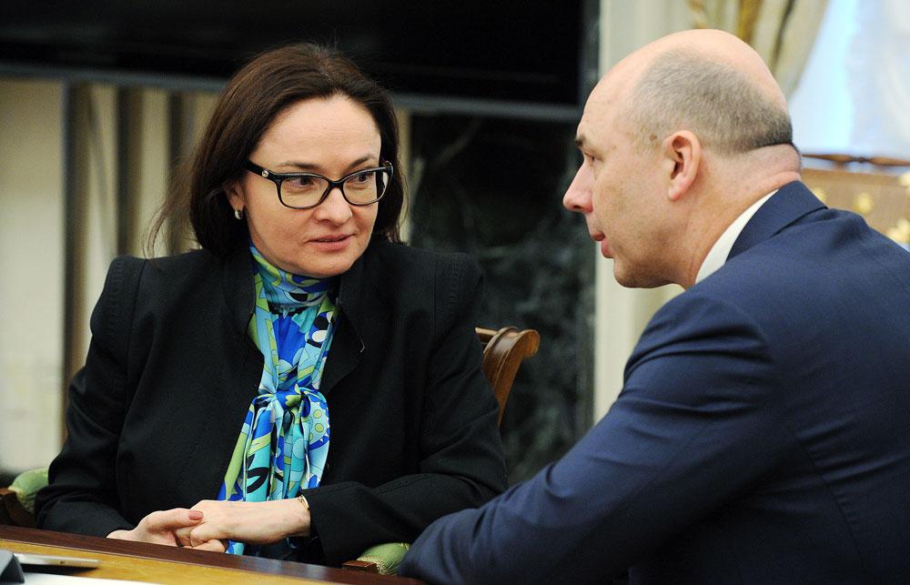 La directrice de la Banque centrale Elvira Nabioullina (à g.) et le ministre russe des Finances Anton Silouanov parlent lors d'une réunion de membres du gouvernement russe au Kremlin.