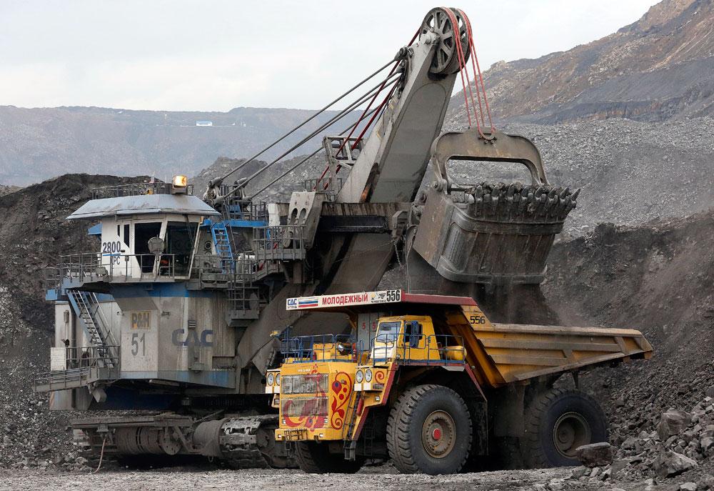Товарање јаглен во БелАЗ кипер во Черниговскиот рудник со површински ископ на јаглен во близина на градот Берјозовски, Кемеровски регион, Сибир, Русија. Рудникот е сопственост на компанијата SDS-Coal, трета по големина рударска компанија во Русија, која годишно произведува околу 30 милиони тони јаглен, според официјалните претставници на компанијата.