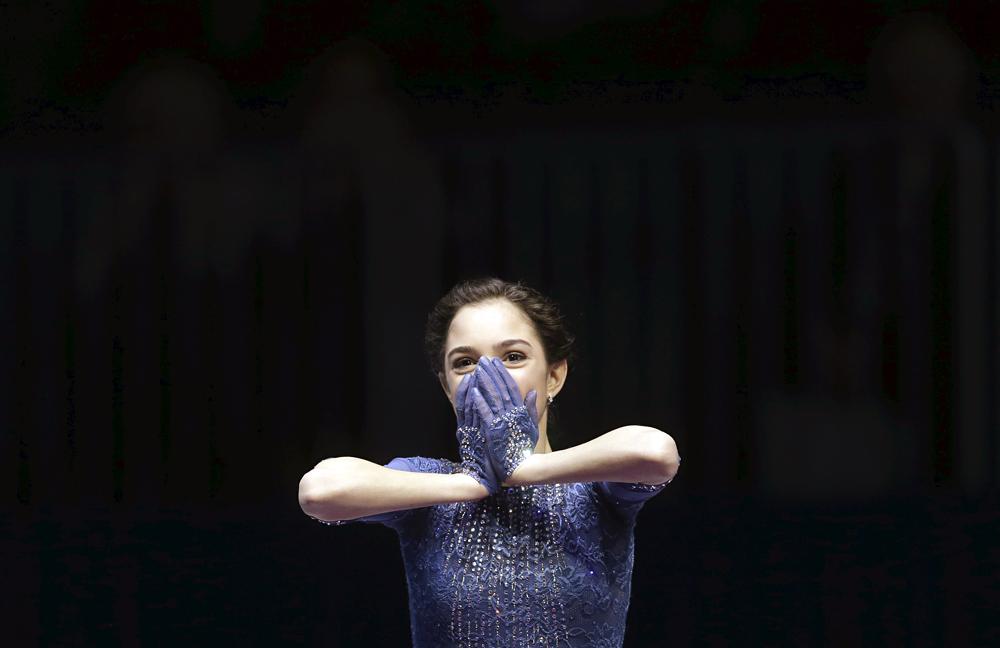 Evguenia Medvedeva à la cérémonie de remise de médailles des Championnats d'Europe de patinage artistique de 2016 à Bratislava, en Slovaquie, le 29 janvier 2016. La patineuse russe a remporté la médaille d'or.
