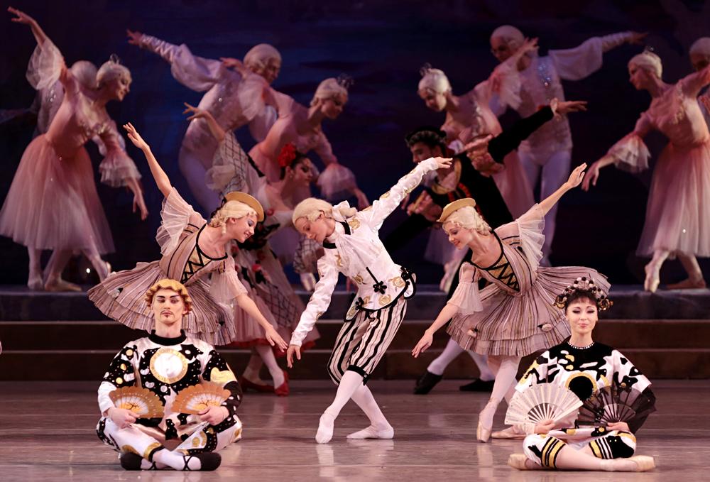 """Gli studenti dell'Accademia Vaganova interpretano """"Lo Schiaccianoci"""" sul palco del Teatro Mariinskij di San Pietroburgo."""
