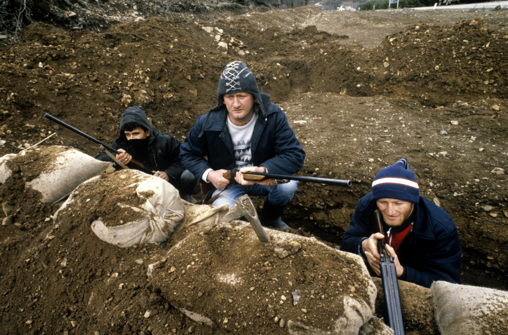 Residentes de Dzava organizan un grupo d autodefensa para proteger a sus familias. 1 de abril del 1991.