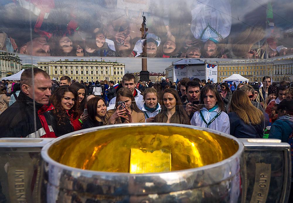 Der Pokal der diesjährigen Eishockey-Weltmeisterschaft wird auf dem Dwortsowaja-Platz in Sankt Petersburg ausgestellt. Die Eishockey-WM findet vom 6. bis 22. Mai in Russland (Moskau und Sankt Petersburg) statt.
