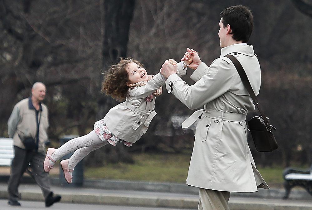 """Московчанин с дъщеря си в парка """"Горки"""" в Москва."""
