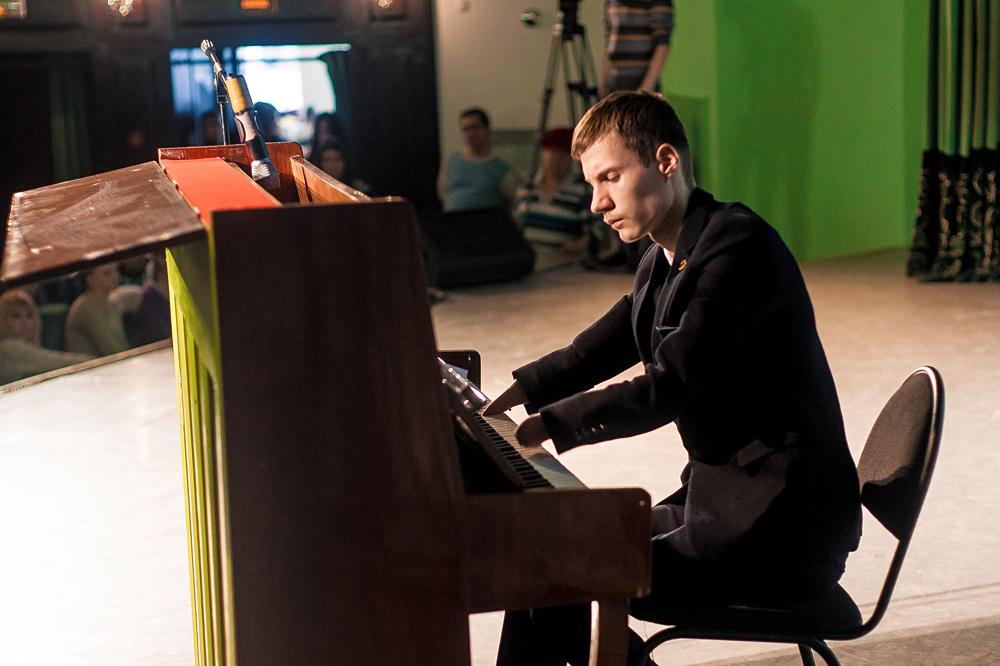 アレクセイ・ロマノフさん(16)は、両手の手関節のない障がいをもって生まれたが、ピアノの音色を美しく、見事に奏でる。=