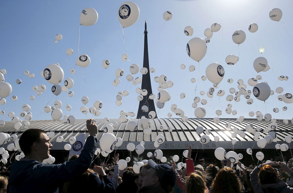 Am 12. Aprilwird in Russland der Tag der Kosmonauten gefeiert. Menschen lassen neben dem Kosmonautenmuseum Luftballons mit dem Porträt von Jurij Gagarin steigen.