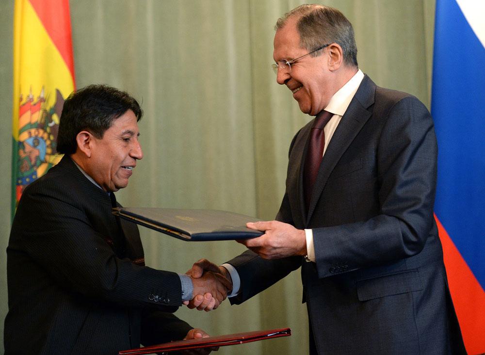 Lavrov (dir.) e Chokeuanki em reunião bilateral na capital russa