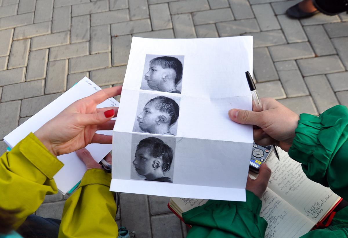ガリーナさんはデニスの写真を見せてくれた=グレブ・フョドロフ撮影