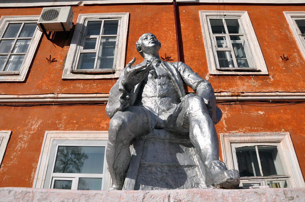 Le bu00e2timent est du00e9coru00e9 du2019une statue de Mikhau00efl Lomonossov, lu2019un des premiers scientifiques russes, une icu00f4ne de lu2019u00e9ducation dans le pays. La statue a u00e9tu00e9 construite u00e0 lu2019u00e9poque soviu00e9tique et est en cours de restauration.