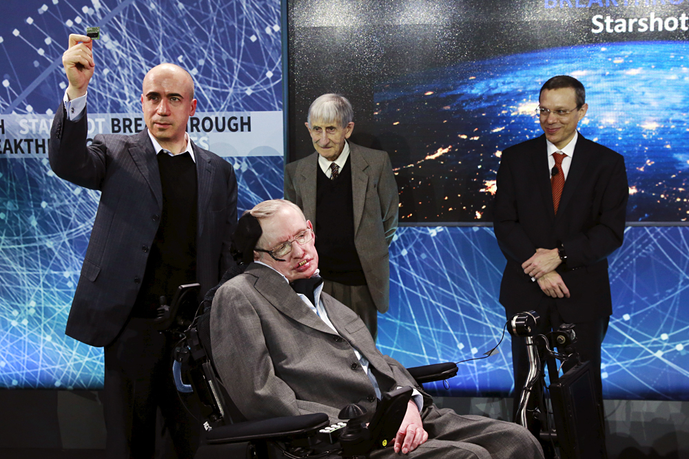Fisikawan Stephen Hawking duduk di depan Yuri Milner (kiri), fisikawan Freeman Dyson (tengah), dan fisikawan Avi Loeb di atas panggung selama pengumuman proyek Breakthrough Starshot di New York, AS, 12 April 2016.
