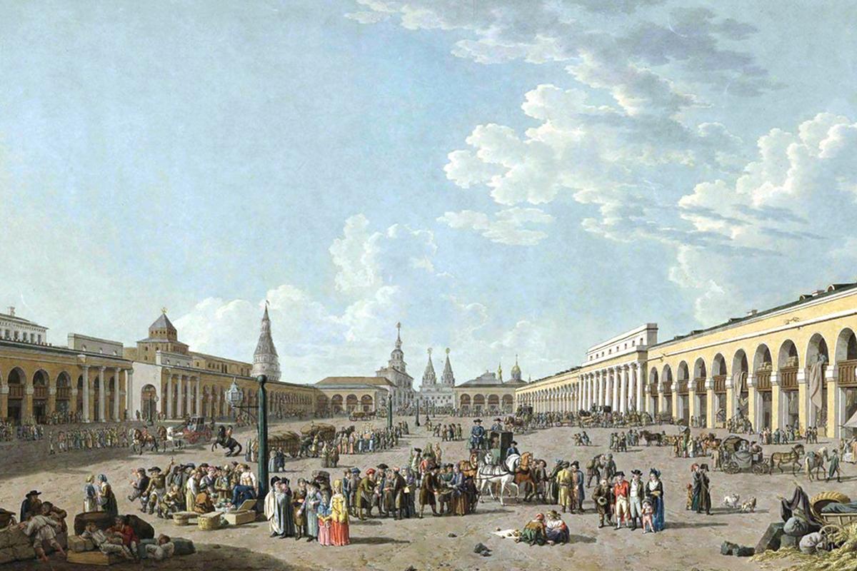 Blick auf die Staraya Ploshchad (Alter Platz). Der Name des Platzes, der im 20. Jahrhundert errichtet wurde, blieb gleich, obwohl es sich dabei eigentlich nicht um einen Platz, sondern um eine Straße handelt.