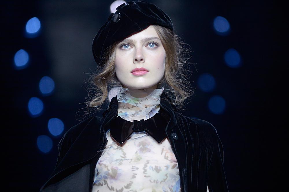 """Моделът представя творбата на Джорджо Армани от колекцията есен-зима 2016 """"Черно кадифе"""" на шоу в Москва."""