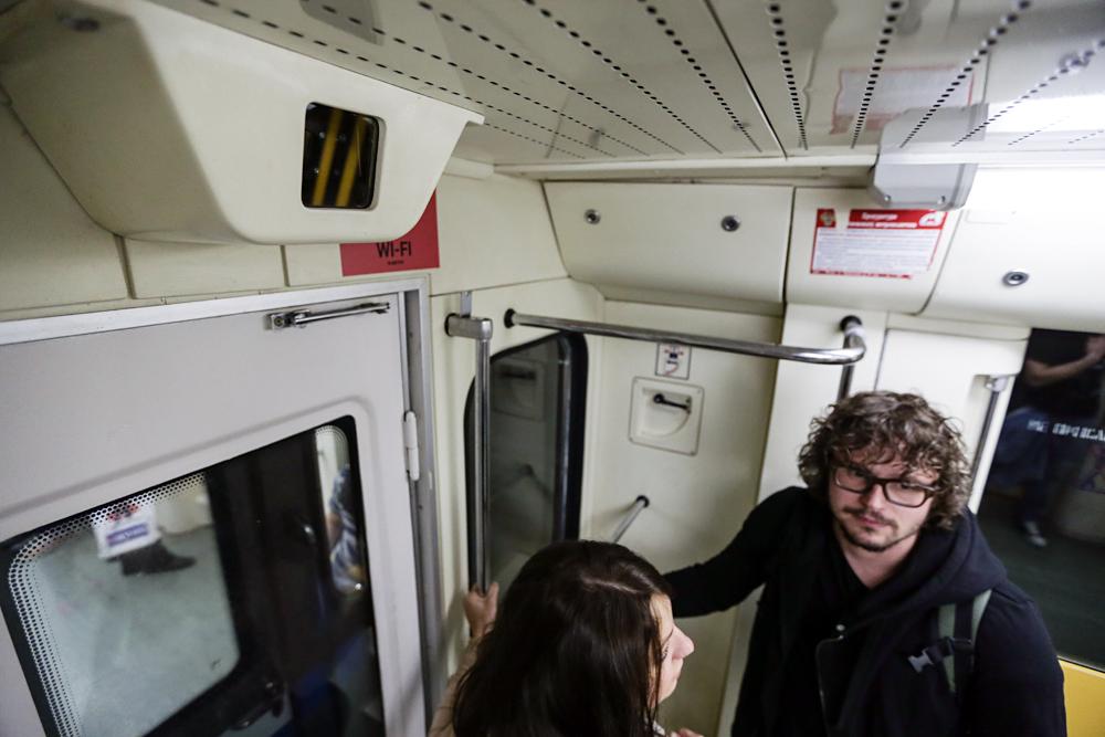Pasajeros en el metro de Moscú debajo de las cámaras de seguridad.