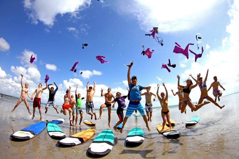 """Para peserta yang telah lulus dari sekolah """"Surf Discovery"""" di Kuta, Bali. Sekolah selancar ini didirikan pleh dua orang warga Rusia, Sergey Mkiheev and Evgeny Tsyshkov. Keduanya berasal dari Krasnodarsky Krai, Rusia selatan."""