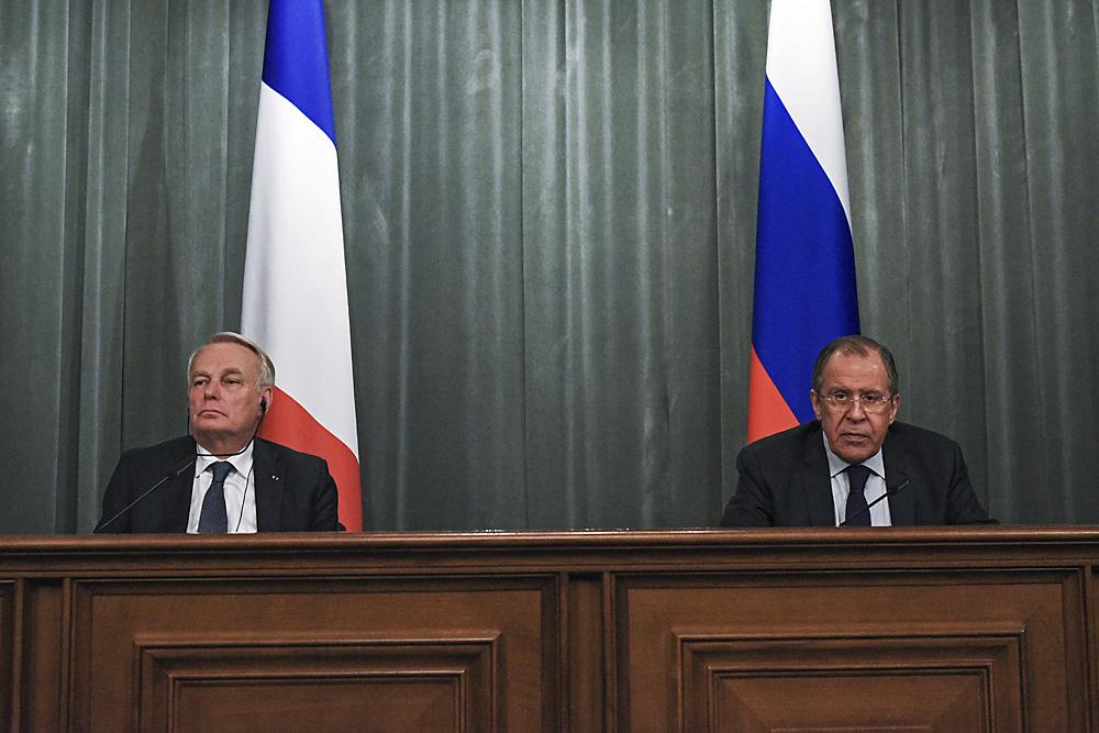 Le ministre français des Affaires étrangères et du Développement international Jean-Marc Ayrault (à g.) et son homologue russe Sergueï Lavrov lors d'une conférence de presse après leur rencontre à Moscou.