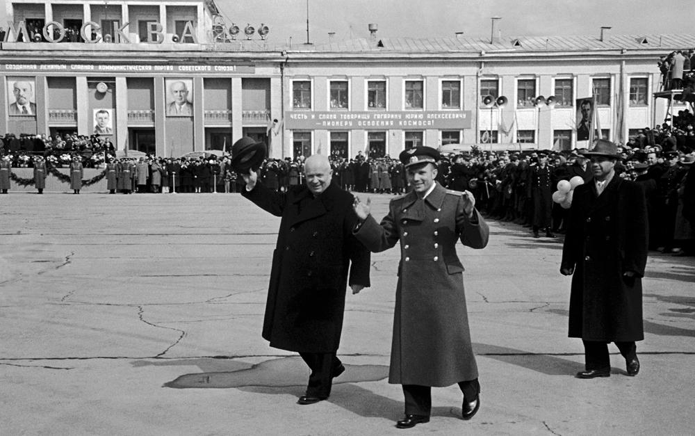 Leonid Lazarev. Nikita Khrushchev - Yuri Gagarin. April 14, 1961, Vnukovo, Moscow.