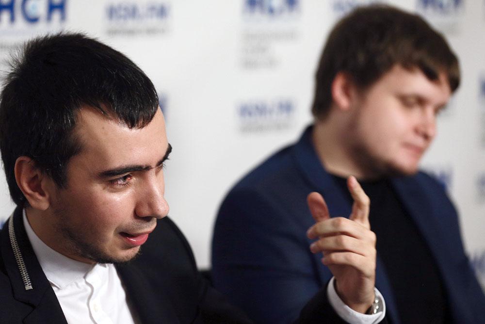 """Dengan mengaku sebagai orang lain, Vladimir """"Vovan"""" Krasnov (kiri) dan Alexei """"Lexus"""" Stolyarov mampu menghubungi para politikus penting, dan membicarakan isu 'rahasia'."""