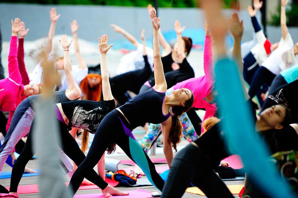People perform yoga in Vladivostok.