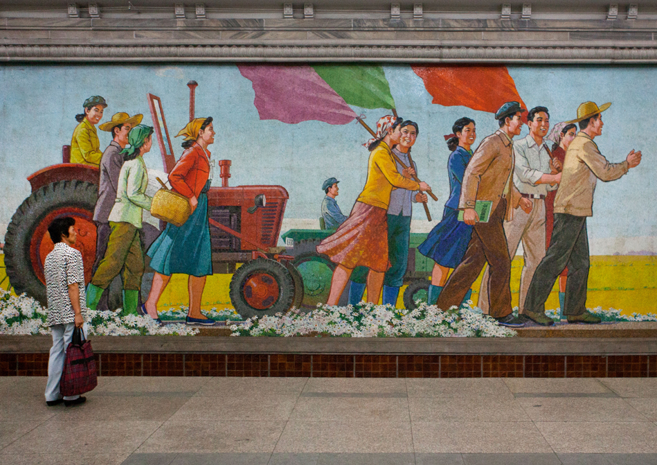 Sebuah mural di stasiun metro Pyongyang.