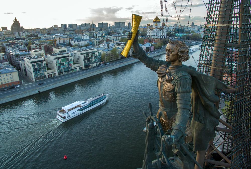 Паметникът на Петър I в Москва, създаден от скулптора Зураб Церетели.