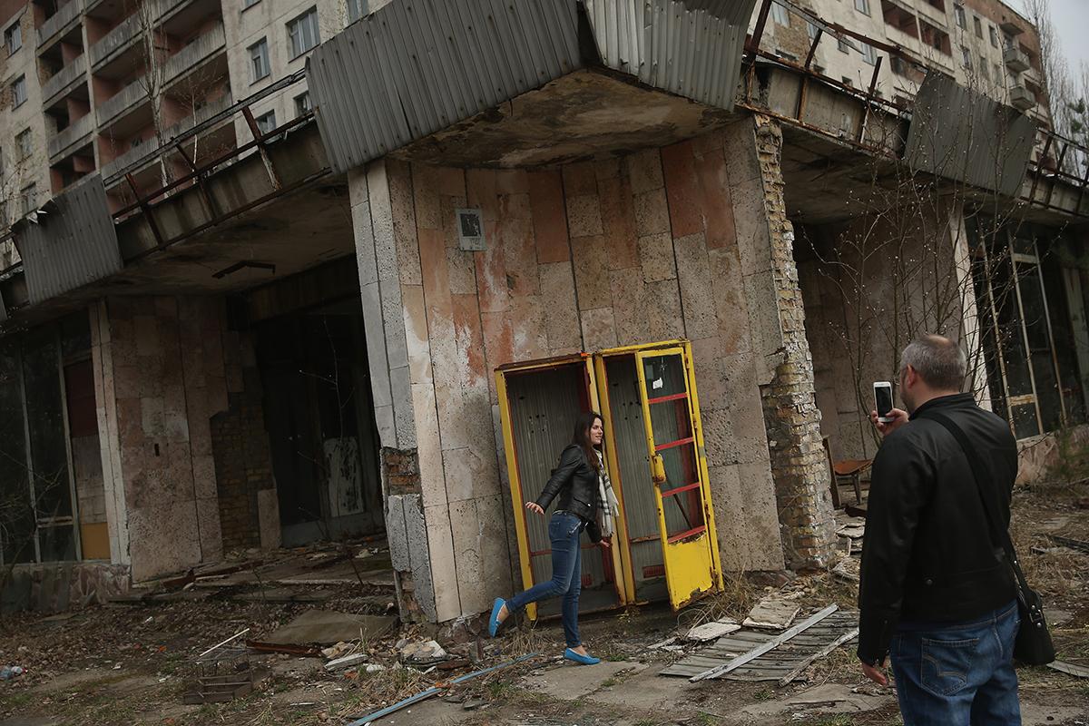 Turisti se međusobno fotografiraju u Pripjatu. Magazin Forbes uvrstio je zatvorenu zonu u Černobilu među 30 najegzotičnijih turističkih destinacija na svijetu. Tamo stalno boravi oko 5000 ljudi koji uglavnom rade u turizmu - u ugostiteljskim objektima i suvenirnicama.