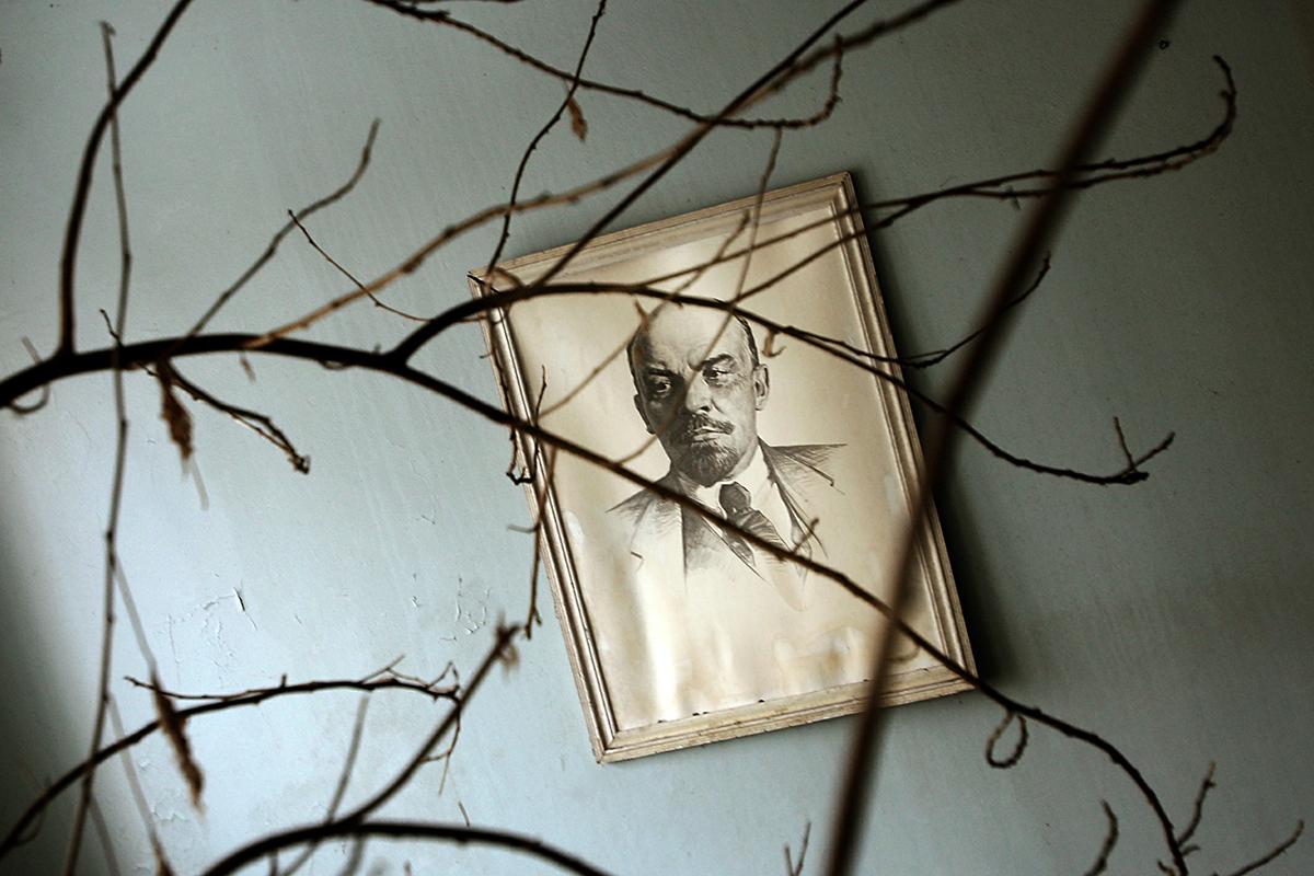 Ova katastrofa je na neki način zaustavila vrijeme i sačuvala ostatke sovjetske svakodnevice. // Slika osnivača SSSR-a Vladimira Lenjina na zidu bolnice u Pripjatu.