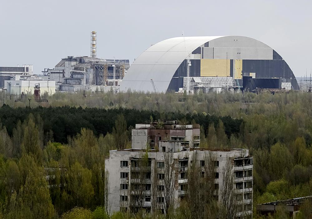 """30 anos se passaram do desastre de Tchernóbil, em 26 de abril de 1986. Desde então, as cidades-modelos soviéticas de Tchernóbil e Pripiat tornaram-se simplesmente cidades fantasmas. Antes da viagem, precisei achar uma agência que fizesse excursões para a """"zona de exclusão"""", a área mais inabitada que se estende por 32 quilômetros em todas as direções ao redor da usina. Sob as leis vigentes, visitas privadas são proibidas e a permissão para entrear na zona é concedida apenas às pessoas que trabalham na construção do sarcófago ao redor dos reatores e na segurança da zona."""