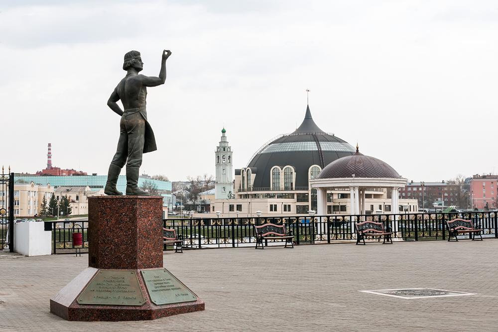 La statue de Levcha, personnage littéraire qui parvint à mettre des fers à une puce, devant le musée des armes de Toula.