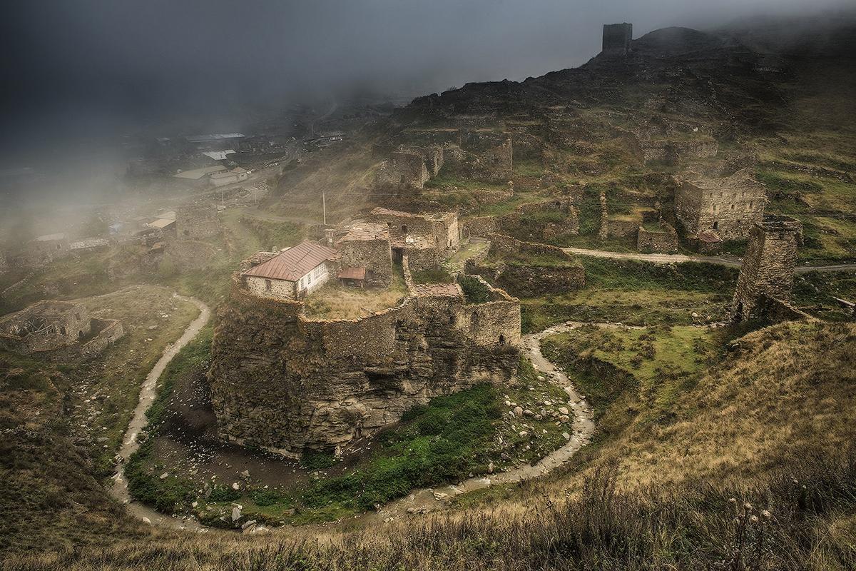 On peut découvrir dans les hautes montagnes les ruines de cités antiques, détruites et oubliées.Aujourd'hui, une seule personne habite dans ce château abandonné dans la Gorge de Digorskoïe, en Ossétie du Nord-Alanie.