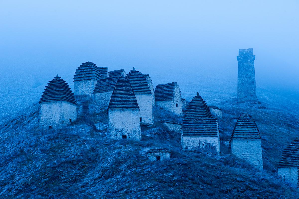 On peut trouver ces petites cryptes aux alentours de nombreux villages ossètes, mais la nécropole de Dargavs est la plus grande de la région.