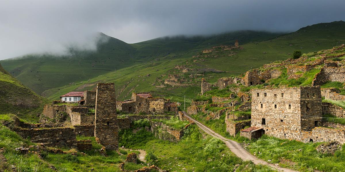 Derzeit lebt ein Mann in einer verlassenen Burg in der Digorskoye-Schlucht in Nordossetien-Alanien.
