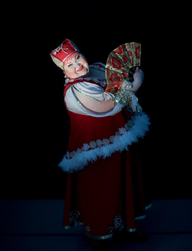 """Questo corpo di ballo dalle """"taglie forti"""" si allontana un po' dalla concezione tradizionale del balletto classico russo, ma è ugualmente caratterizzato da duri allenamenti, prove impegnative, spettacoli e tour che portano la compagnia a girare tutto il Paese"""