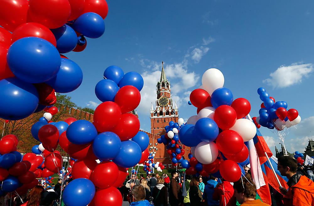 Bandeiras, balões, música e dança permeiam as celebrações. 2014.