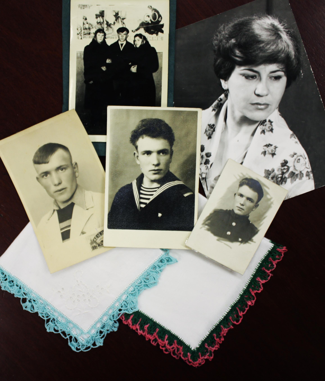 Първите подаръци от Анатолий – кърпичките и руският шал, с който Марияна се снимала още тогава.