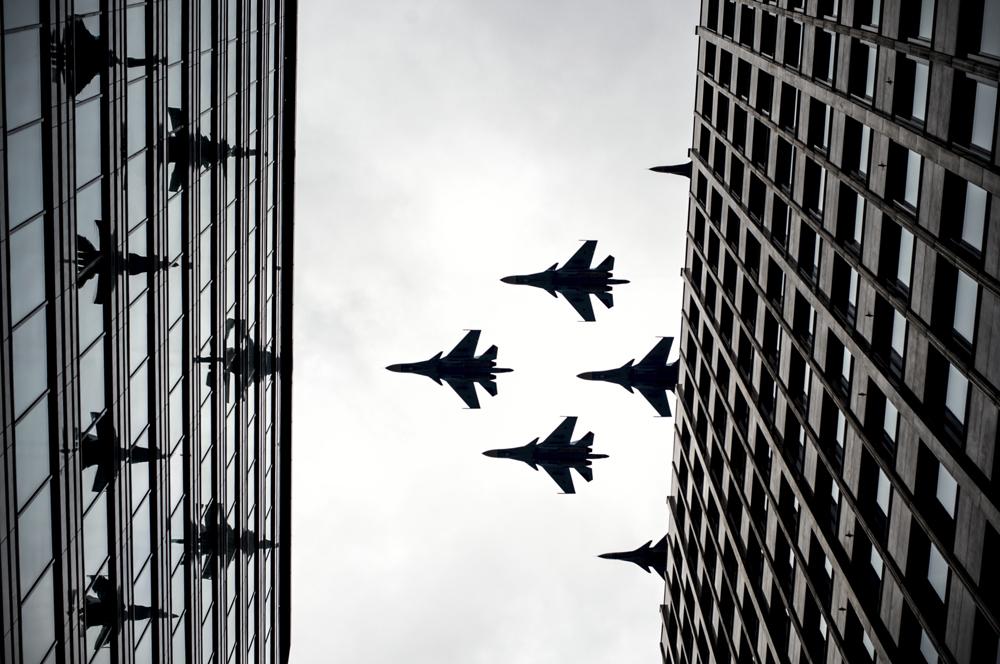 Kampfflugzeuge machen sich auf den Weg, um für die Siegesparade am 9. Mai zu üben. Am 7. Mai können die Proben in Moskau bestaunt werden.
