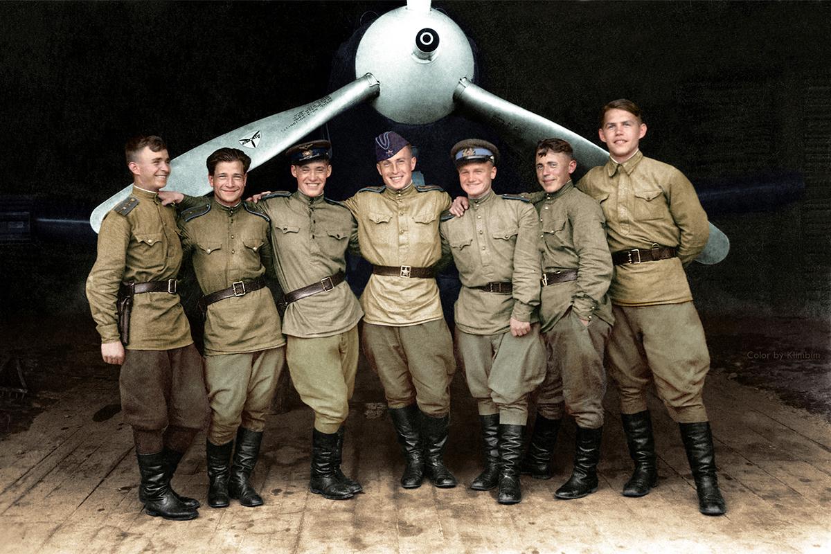 Pilotos do 102º Regimento de Caças da Guarda. Da esq. para à dir., os oficiais Jileostov, Anatóli Ivanov (falecido), Nikolai Aleksandrov (falecido), Dmítri Chpigu (falecido), N. Kritsin, e Vladímir Gorbatchov.