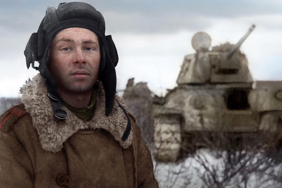 Танкистът Михаил Смирнов след битка. Той завършва войната с 3 медала и 4 ордена.