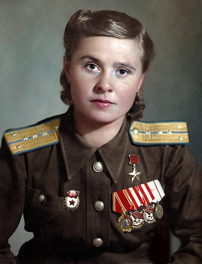 """Мария Долина (1922-2010) е изпълнила 72 бомбардировачески мисии срещу вражески оръжейни складове, опорни точки, танове, артилерийски батареи, железопътни и водни транспортни съоръжения в подкрепа на съветските сухопътни войски. На 18 август 1945 г. тя е наградена с титлата """"Герой на СССР""""."""