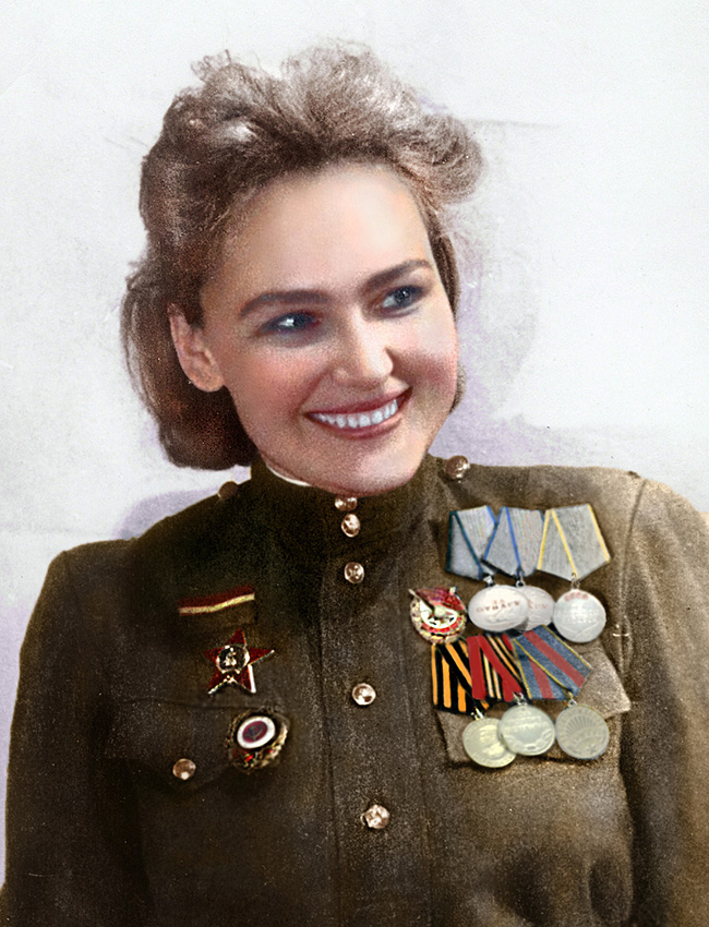 A atriz de teatro Sofia Averitcheva (1914-2015) se ofereceu em 1942 para servir em uma divisão de infantaria. Depois de um ano foi ferida e, ao fim da guerra, voltou aos palcos.